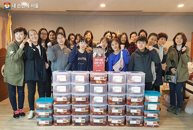 김장1포기 더하기 행사에 동참한 서대문구 동명여중 학생들과 학부모들