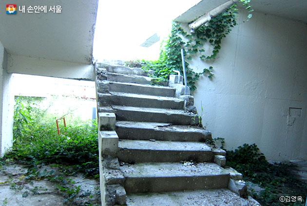 대전차방호시설 내부에 남아 있는 계단 ⓒ김영옥
