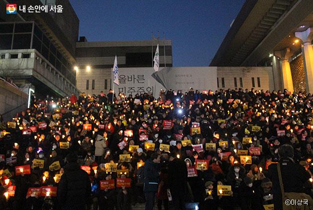 광화문 세종문화회관 앞 계단에서 집회 시위를 하는 시민들 ⓒ이상국