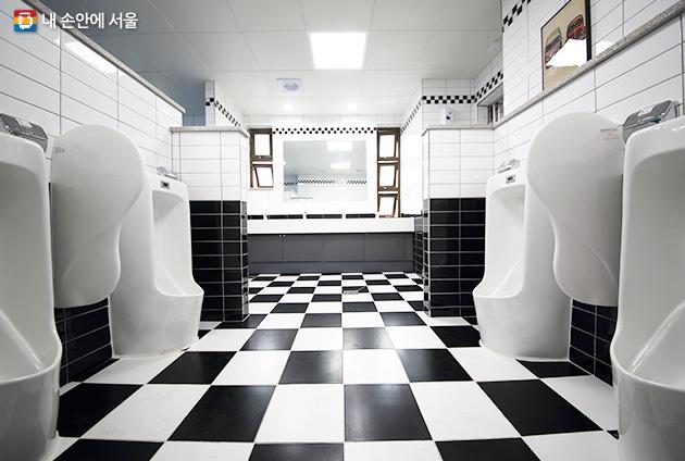 카레이싱 깃발 문양을 적용한 신진자동차고등학교 남자 화장실 내부