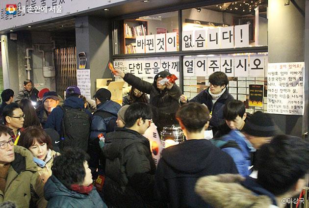시민들의 기부금은 다시 시민들에게 따뜻한 핫팩으로 돌아갔다. ⓒ이상국