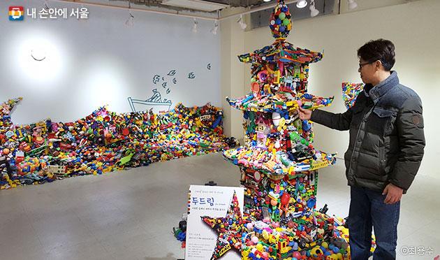 폐장난감으로 만든 예술작품을 설명하고 있는 금자동이 박준영 대표 ⓒ최용수