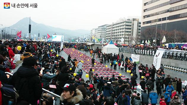 광화문 광장 정중앙에 세월호 참사 희생자 수만큼 구명조끼가 늘어서 있다. ⓒ신혜연