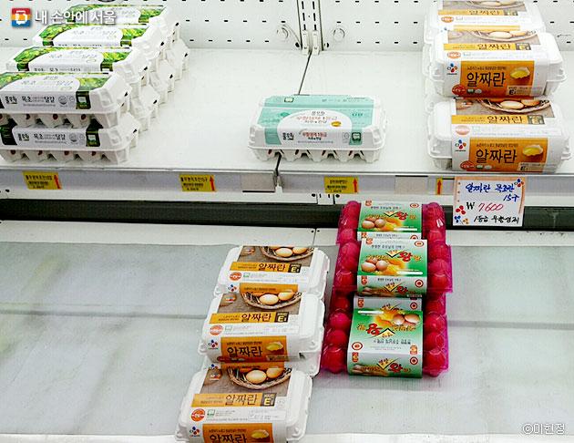 일반 슈퍼의 달걀 코너. 달걀 15구에 7,600원으로 보다 저렴한 한 판은 찾아보기 힘들다. ⓒ이현정