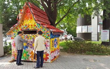 장난감학교 `쓸모` 앞, 버려진 장난감으로 만든 예술작품을 감상하는 시민들 ⓒ최용수