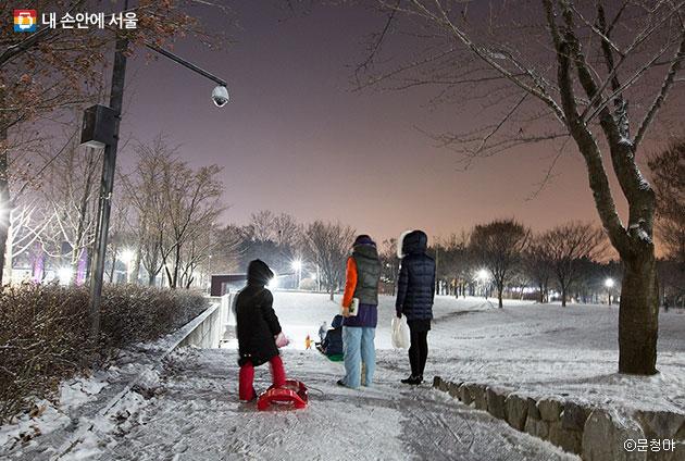 놀이마당 언덕은 아이들에게 최고 인기 많은 눈썰매 코스가 되었다. ⓒ문청야