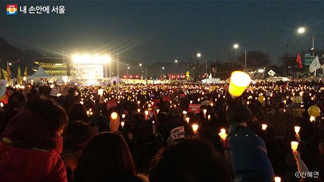 촛불을 들어 올리는 시민들. ⓒ신혜연