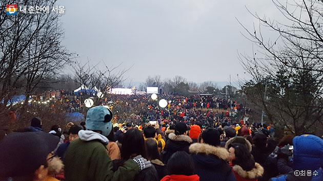 새해 첫 날, 개화산 해맞이 공원에 빼곡히 모인 시민들ⓒ최용수