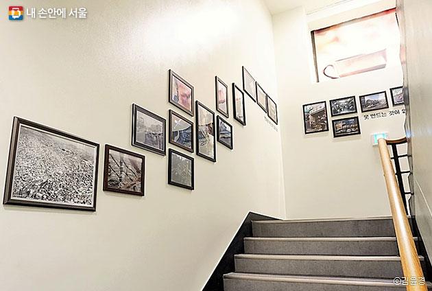 을지로의 옛 역사와 변화된 모습을 담은 을지로동주민센터 계단. ⓒ김윤경