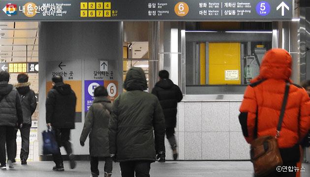 지하철 공덕역에서 환승하려는 시민들 ⓒ연합뉴스