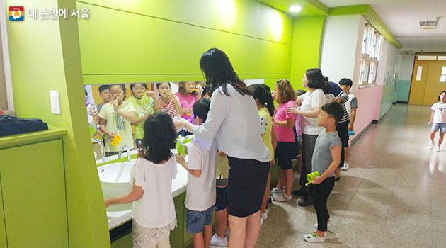 신현초등학교 아이들의 양치모습
