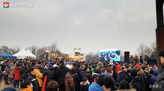 개화산 해맞이 행사. 시민들이 각자의 소원 메시지를 말하고 있다.ⓒ최용수