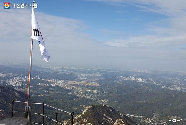 북한산 백운대 정상에 오르면 맑은 날에는 멀리 개성과 송악산까지 볼 수 있다.ⓒ최용수
