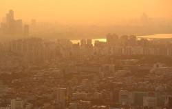 남산에서 본 해 질 녘 서울, 주변 산이 보이지 않을 정도로 미세먼지가 심한 날이다. ⓒ이현정