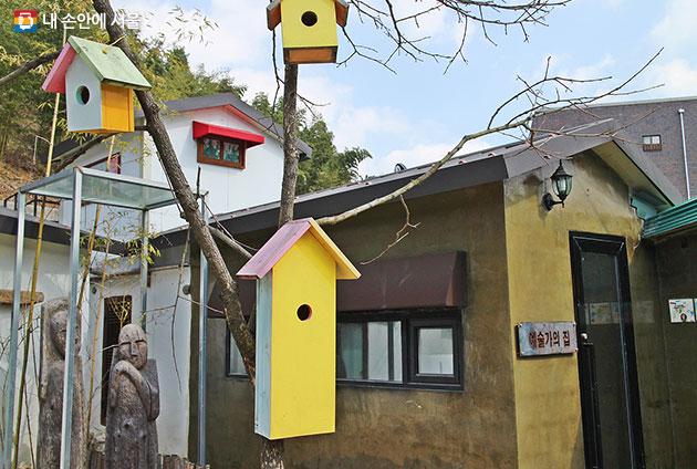 담양 향교리 예술가의 집. 빈집을 이용해 전문 예술가와 할머니 화가들이 꾸몄다