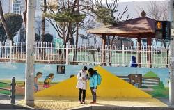 횡단보도 앞, 아이들이 안전하게 신호를 대기할 수 있는 옐로카펫이 설치돼 있다. ⓒ김윤경