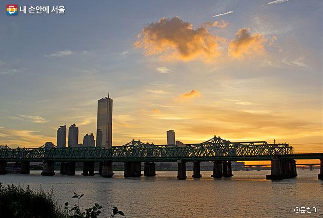 이촌한강공원에서 한강철교와 여의도 63빌딩을 바라다본 노을 풍경 ⓒ문청야
