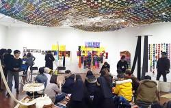 시민청 갤러리에서 열리고 있는 `세월호 엄마들의 뜨개전시, 그리움을 만지다`. 천장에 2,800개의 뜨개 컵받침이 별처럼 달려 있다. ⓒ최은주