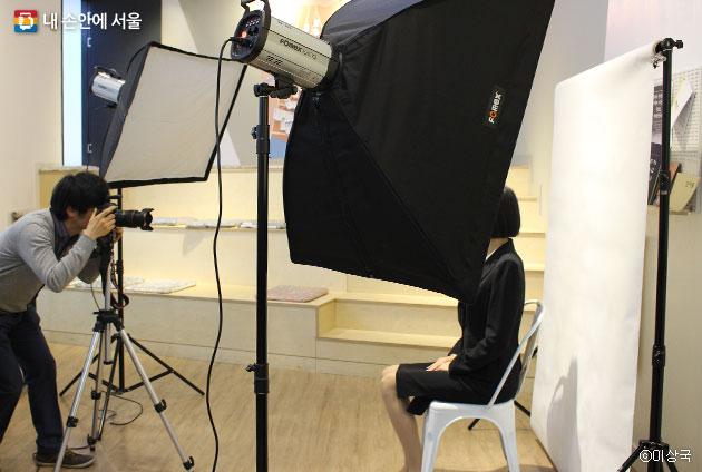 청년들을 위해 무료 이력서 사진 촬영을 진행하고 있다. ⓒ이상국