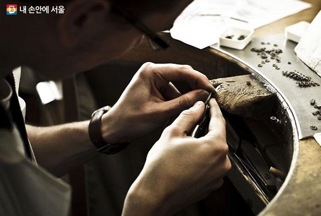 주얼리 제품에 보석이나 큐빅을 세팅하는 모습