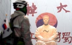 안중근의사기념관을 찾은 시민이 안중근의사의 동상을 바라보고 있다.ⓒ뉴시스