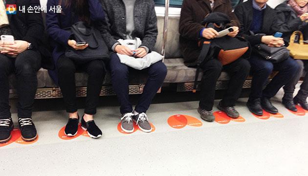 좌석 승객 발에 맞추어 시범 설치된 `지하철 하트 스티커`