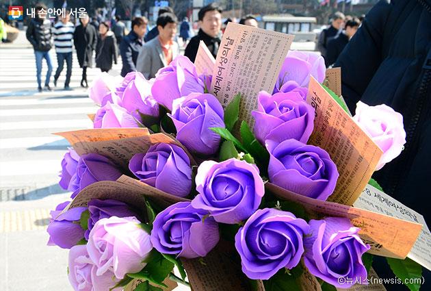 세계 여성의 날을 맞아 여성의 전화 회원들이 광화문 일대에서 여성들에게 장미꽃을 선물하고 있다ⓒ뉴시스
