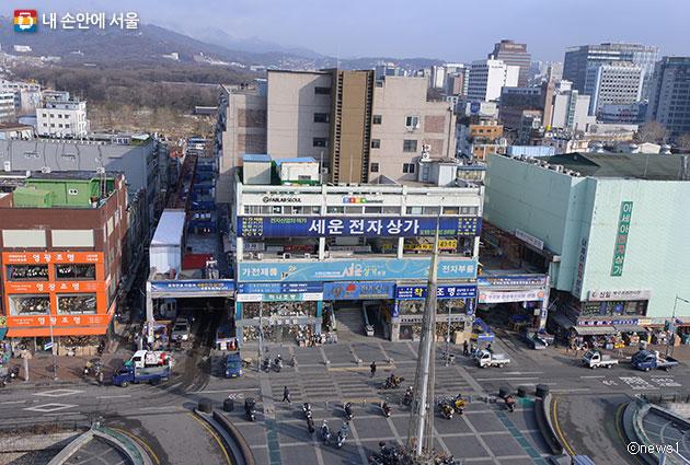 청계천에서 바라본 서울 세운전자상가 모습ⓒnews1