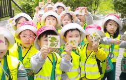 월드컵공원에서 생태 프로그램에 참여하고 있는 어린이들