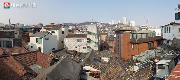 혜화문에서 내려다본 혜화·명륜동, 가까이에 보이는 기와지붕부터 멀리 고층 아파트까지 그 모습이 다양하다. ⓒ박혜민
