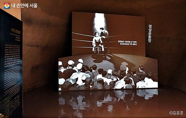 기념관 입구 오른쪽에는 경성운동장 영상을 상영한다.ⓒ김윤경