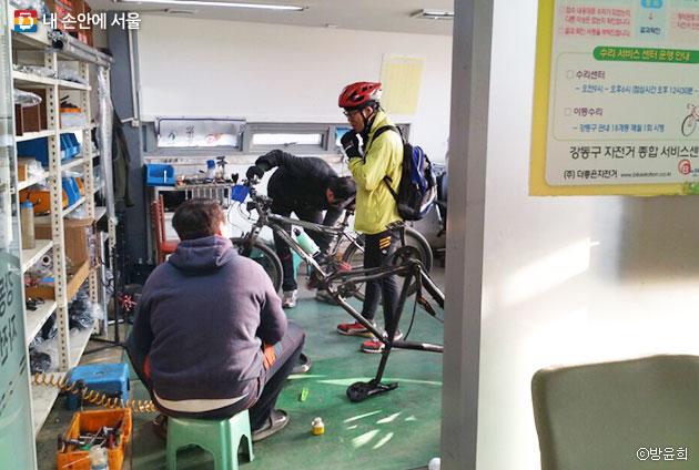 정비실에서 자전거 수리에 대한 설명을 듣고 있다. ⓒ방윤희