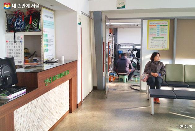 자전거 정비를 맡긴 후에 의자에 앉아 대기 중인 시민. ⓒ방윤희