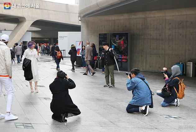 많은 패션피플들과 그들을 촬영하고 있는 시민들. ⓒ고함20