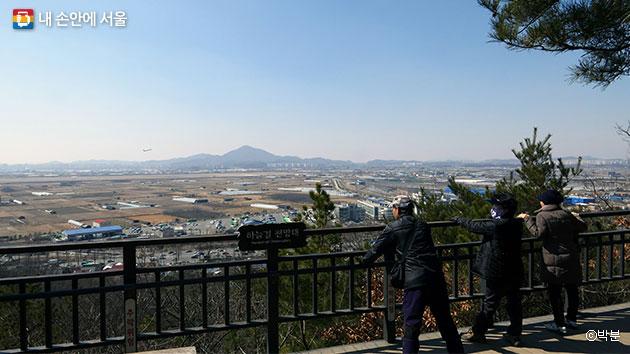 하늘길 전망대에서 김포공항과 김포평야를 바라보는 시민들 ⓒ박분