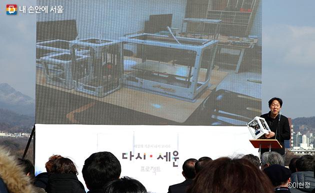 조립 가능한 3D 프린터를 개발한 이동엽 대표가 세운 기반들을 활용해 제품을 제조한 경험을 설명하고 있다.ⓒ이현정