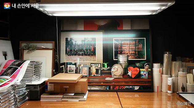 얄라북스는 전시용 작품을 뽑는 작업실로도 사용된다. 색을 비춰볼 수 있는 국제 표준조명을 갖췄다. ⓒ신혜연
