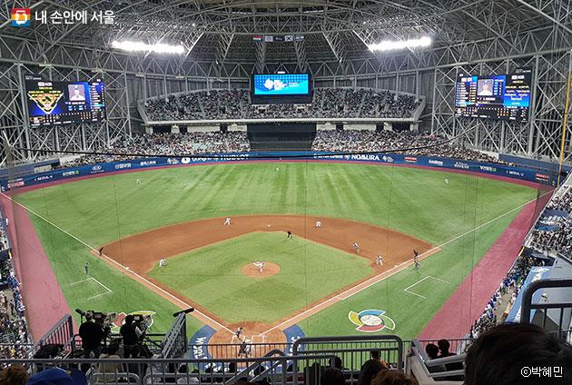 좌우 양측에 추가 설치된 전광판을 통해 관람객들은 더욱 생생한 경기정보를 확인할 수 있다. ⓒ박혜민