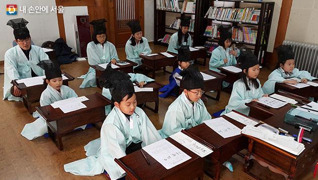 남산공원 `이 달의 한자교실` 모습