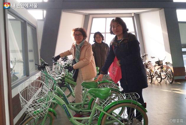 시민들이 자전거 대여를 위해 센터를 방문했다. ⓒ방윤희