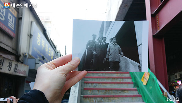 과거 사진 속에 세운상가를 만든 건축가 김수근과 김현옥 전 서울시장의 모습이 보인다. ⓒ신혜연