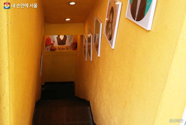 얄라북스로 들어가는 입구 계단. 사진작가의 작품이 전시돼 있다. ⓒ신혜연