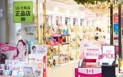 중국인 관광객이 사라진, 명동거리의 한 화장품 매장ⓒnsew1