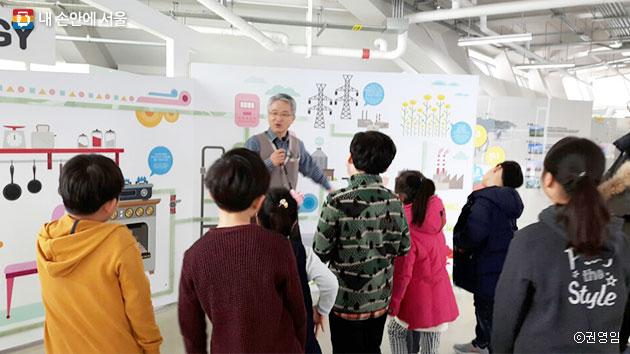 전시해설가에게 에너지에 대해 설명을 듣고 있는 어린이들 ⓒ권영임
