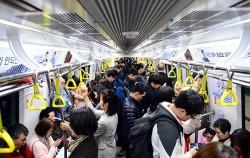 입석승객까지 꽉 찬 혼잡한 지하철 ⓒ뉴시스