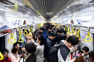 """""""이것만은 지켜요"""" 지하철 민폐 줄이는 에티켓"""