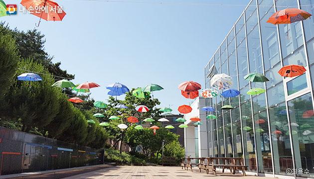 겸재미술관의 어린이 체험 프로그램, `우산 속 소원담기` 참여작들이 공중에 설치되어 있다. ⓒ최용수