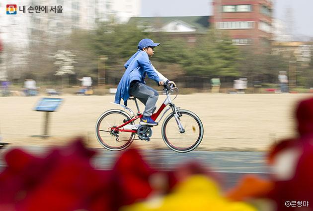 자전거를 타며 트랙을 도는 아이 ⓒ문청야