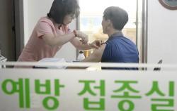 서울 마포구 보건소에서 독감 예방접종을 받고 있는 시민 ⓒ뉴시스