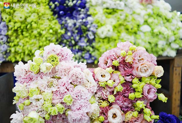 신선한 꽃은 이렇게 누워 있어요.